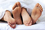 #25728547 Close-up of the feet of a couple on the bed © Prodakszyn - Fotolia